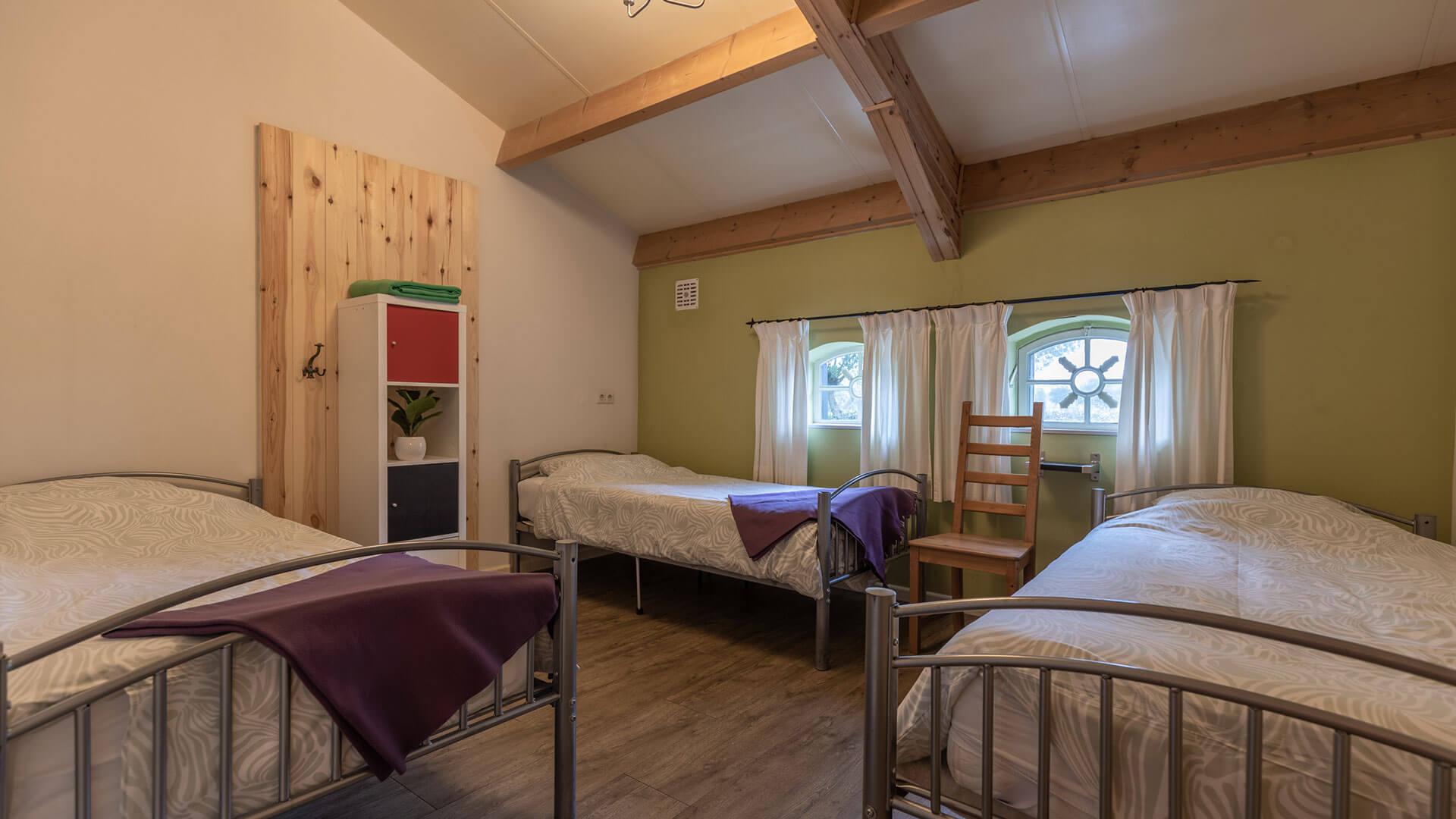 slaapkamer met 3 een persoons bedden