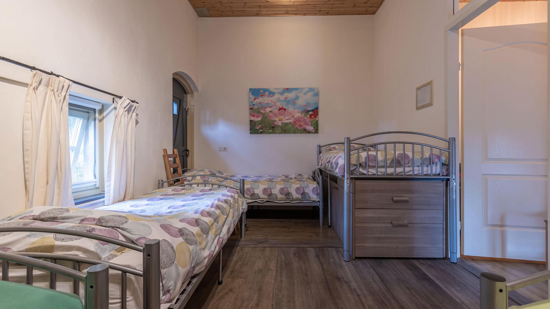 slaapkamer met 4 bedden
