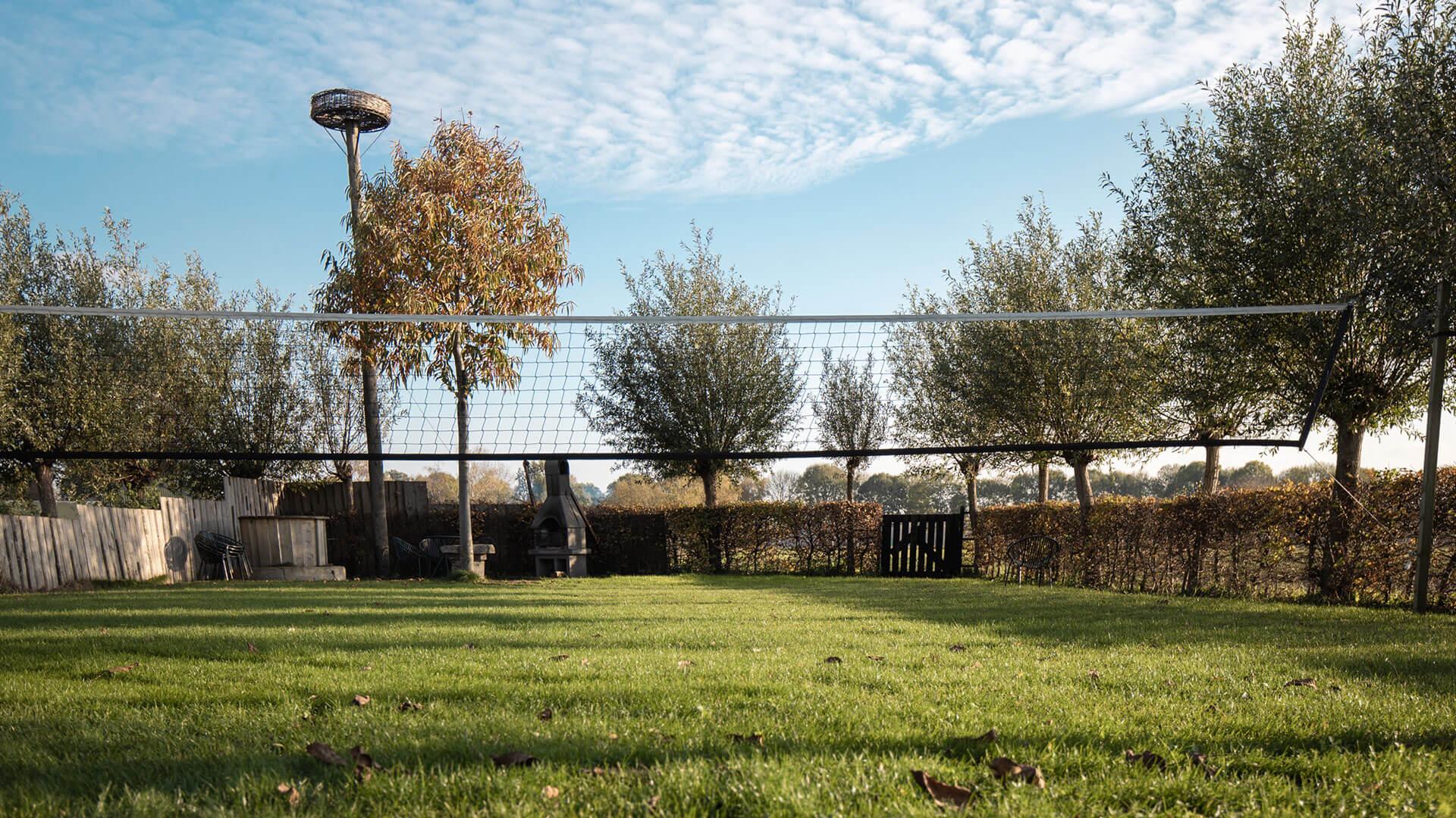 volleybalveld en zithoek met vuurkorf